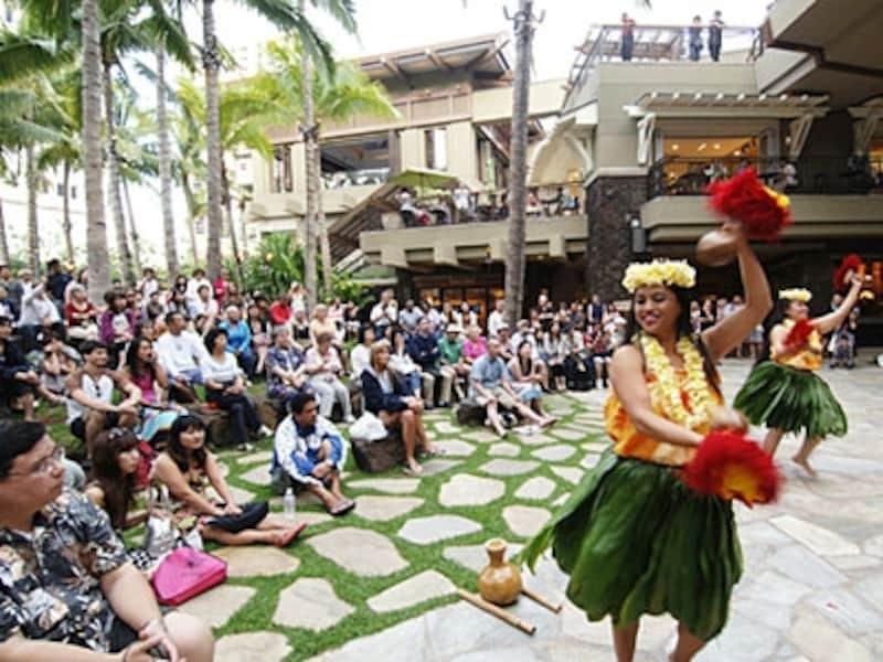 ワイキキのオアシス、ロイヤル・ハワイアン・センターの中庭でもさまざまなエンターテイメントを開催