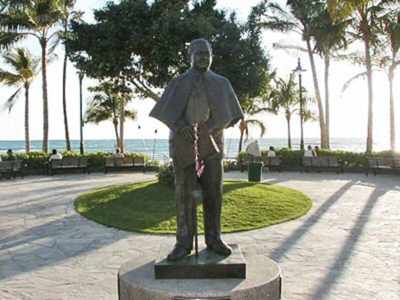 クヒオビーチには記念の銅像が建てられている