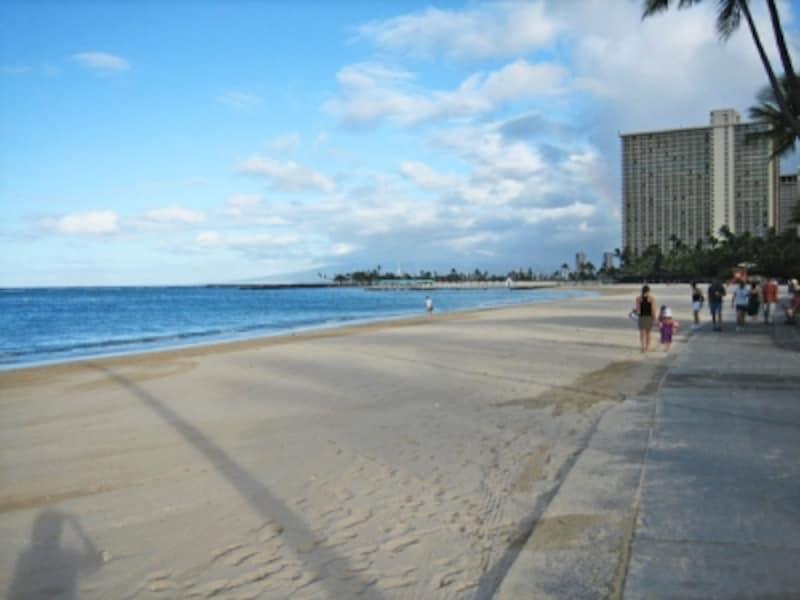 朝のフォート・デルッシー・ビーチパーク。ビーチと公園の間にある遊歩道は、朝の散歩やジョギング姿の人たちが行き交う