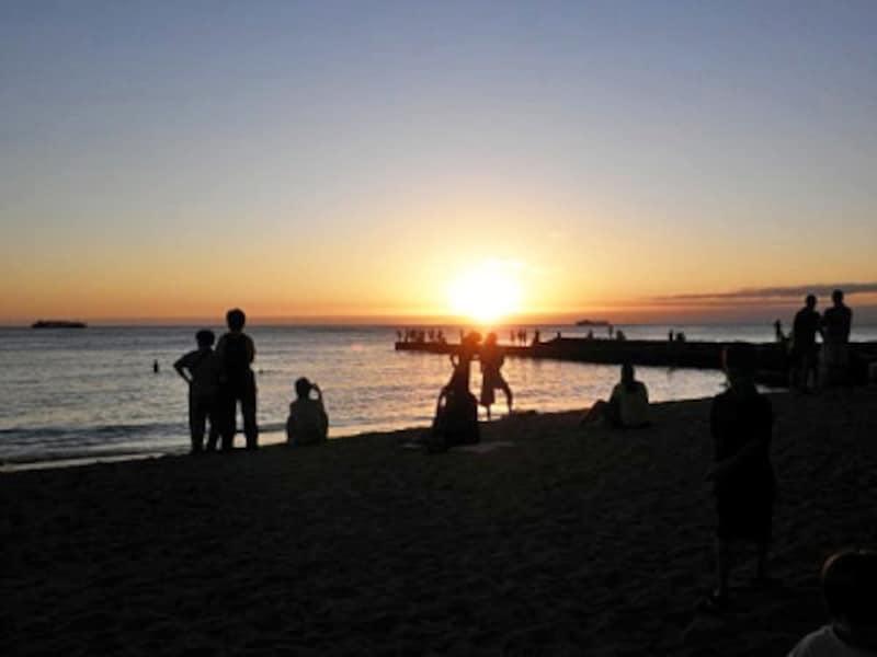 サンセットタイムには、素晴らしい夕陽を見ようとたくさんの人が集まるグレイズ・ビーチの堤防