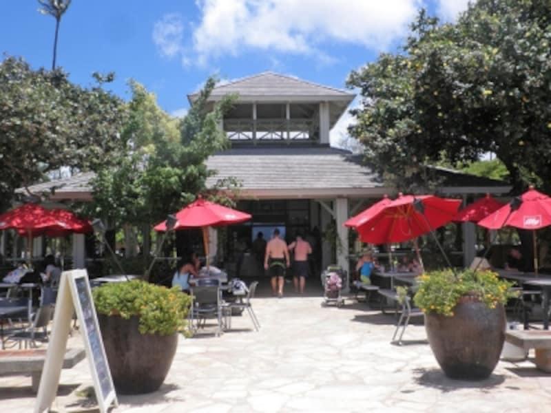 カピオラニ・ビーチパークとクイーンズ・ビーチの間にあるベアフット・ビーチ・カフェ。オーシャンフロントで食べるプレートランチは格別!