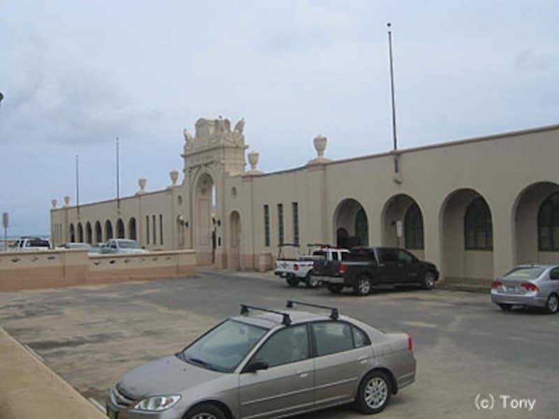 外観のみ改装された勝戦記念プール。プールの向こうはカイマナ・ビーチ
