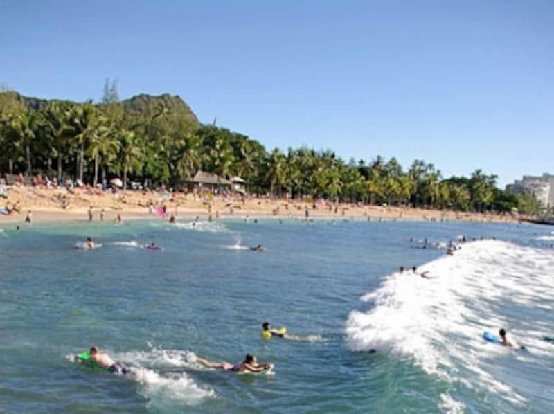 ボディボーダーが集まるクイーンズ・サーフ・ビーチ~カピオラニ・ビーチパーク