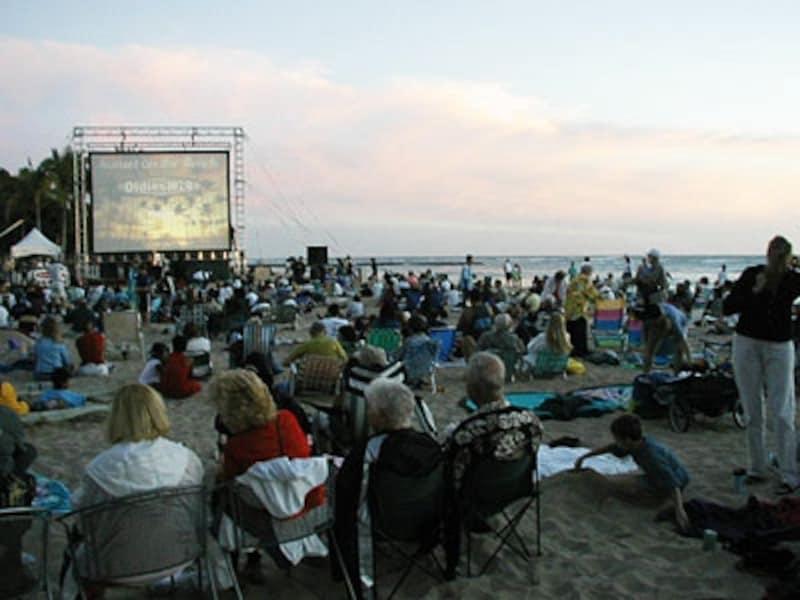 クイーンズ・サーフ・ビーチで開催されるライブ&星空映画上映会、サンセット・オン・ザ・ビーチ