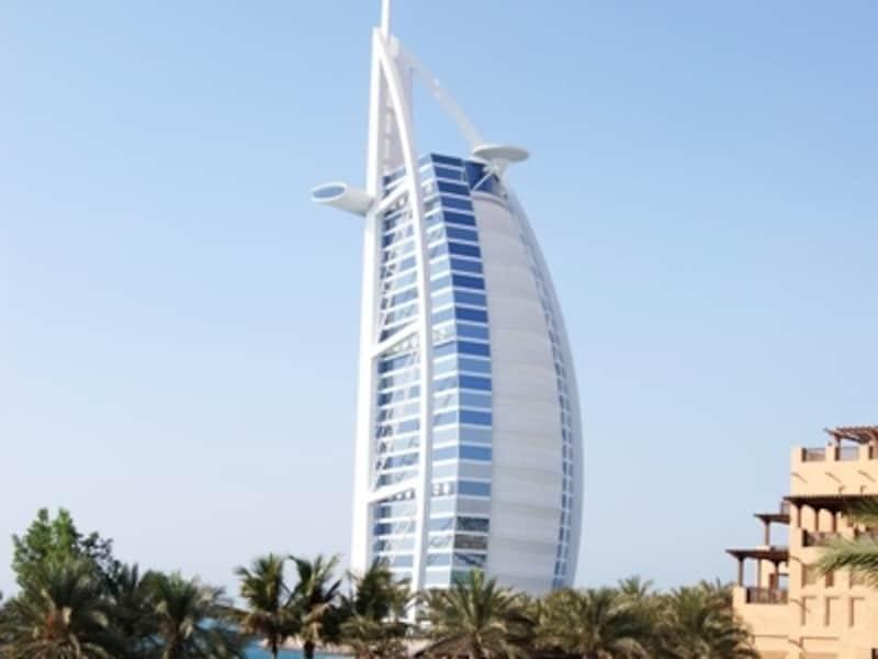 人工島に聳え立つ世界一の高さを誇るバージュ・アル・アラブ
