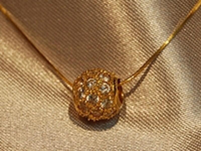 18kのクリスタルのネックレス、200ディルハム程度(約6,400円)。値段はデザインや当日のレートによってピンからキリまで