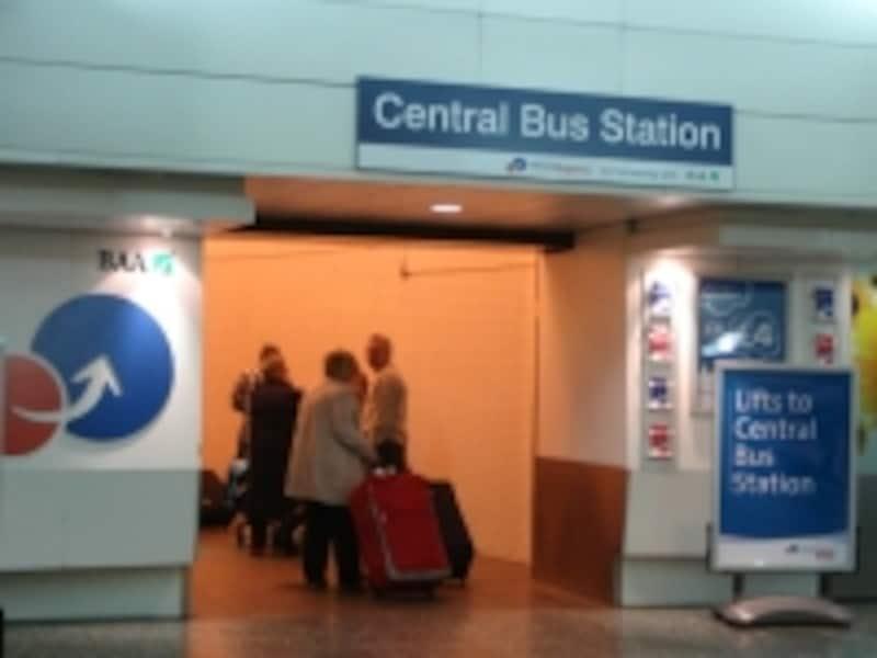 バス・ステーションへの入り口