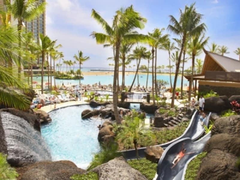 2つの温水プールとスパ、4つのウォータースライダーが施されたヒルトン・ハワイアン・ビレッジの「パラダイス・プール」。子連れハワイでは、大きなプールの有無もホテル選びの重要なポイントに