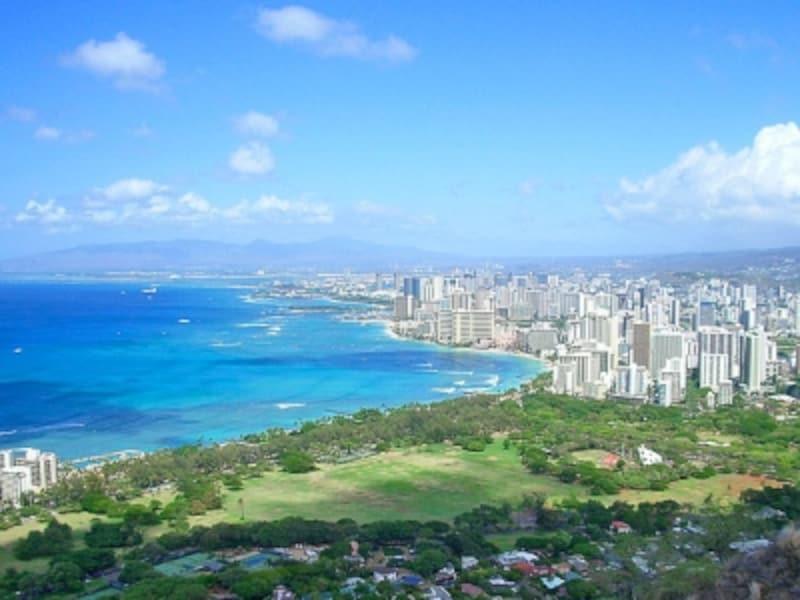快適で楽しいハワイ滞在のために、あらかじめ基礎知識を頭に入れておこう(画像:ハワイのシンボル、ダイヤモンドヘッドの頂上から見たワイキキ)