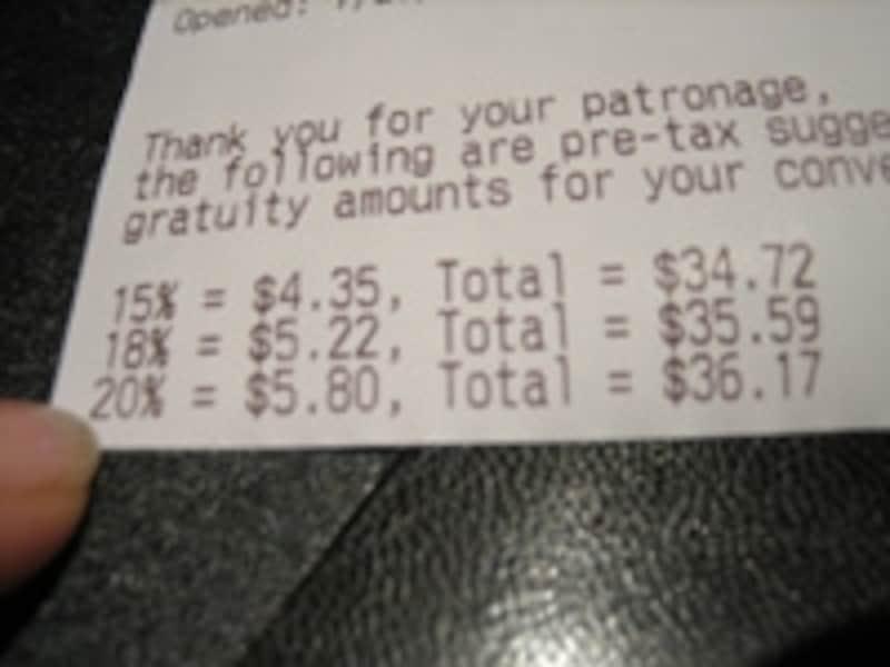 チップのパターンが印刷された勘定書を渡すレストランも。こちらでは合計に18%のチップが加算済だった