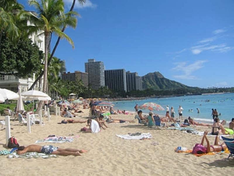 ハワイの代名詞ともいえるワイキキビーチ。ダイヤモンドヘッドを背景に高層ホテルが連なる風景はあまりにも有名
