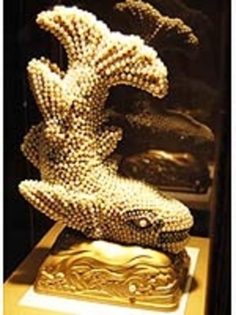 ロビー右手に飾られている真珠シャチホコ。寄贈した真珠屋さんに尋ねましたが、残念ながら真珠の個数や時価は不明とのこと