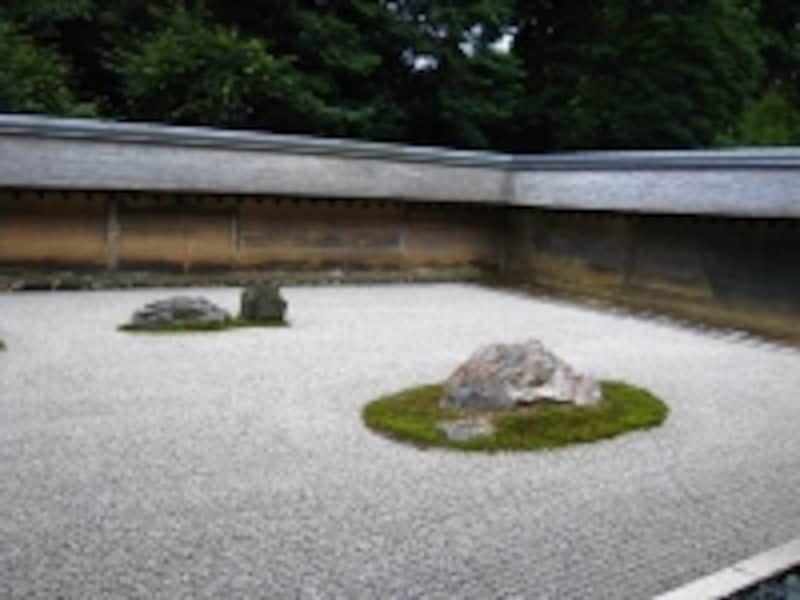 有名な石庭。どこから見てもなぜか14個の石しか見えません