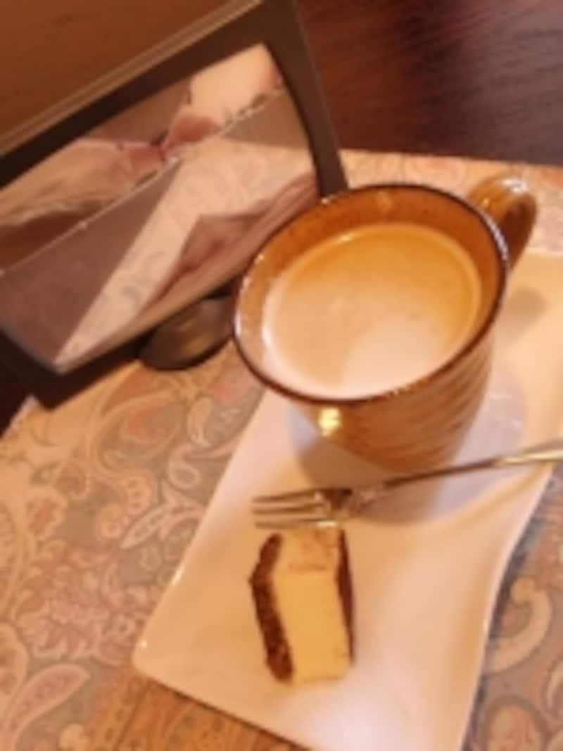 地蔵の湯の少し奥に隠れ家的に佇むモダンなカフェ
