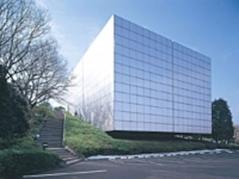 彫刻家である井上武吉が設計したステンレスの外壁で囲まれたキューブ型の建物はインパクト大。