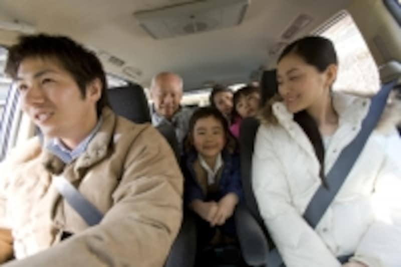 運転席、助手席のみならず後部座席も着用義務があります