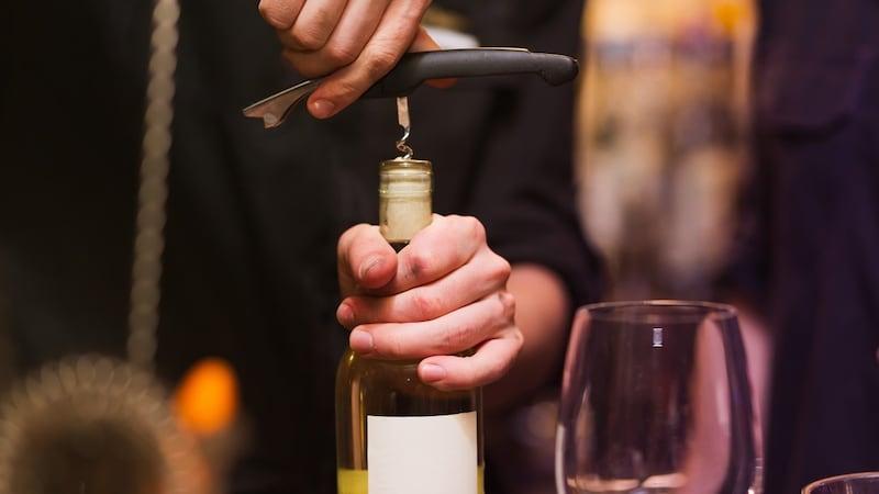 ワインオープナーのおすすめ人気15選|T字型から電動式まで!使い方もご紹介