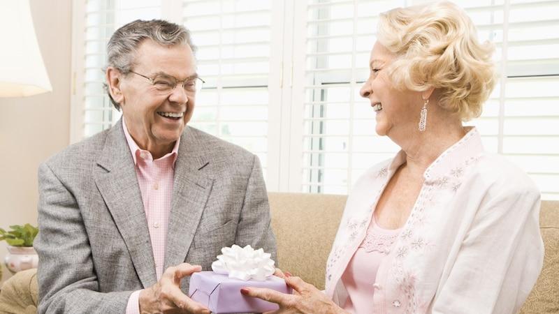 銀婚式の贈り物に!プレゼントおすすめ人気ランキング 旅行券なども!子どもから両親へ、妻へ、夫へ