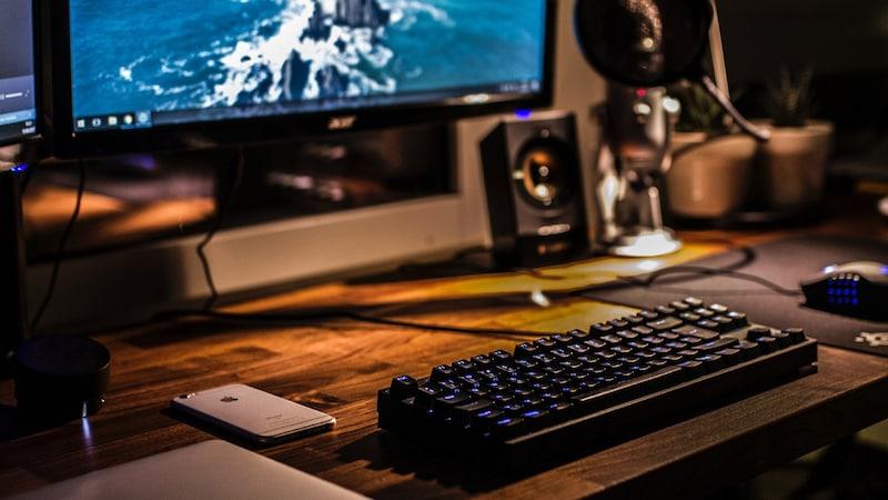 プロゲーマーがレビュー!FPSを制する至高のゲーミングキーボード4選