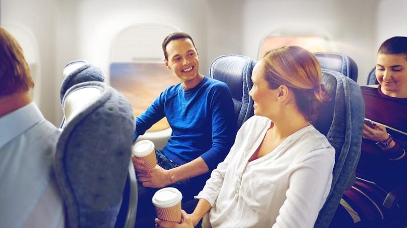【男女別】機内を快適に過ごす服装のポイントとおすすめ12選|汎用性のあるメンズ用パーカーが人気