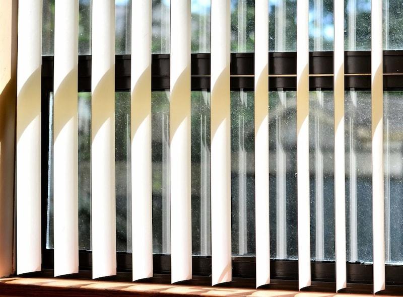縦型ブラインドおすすめ人気ランキング13選 木製がオシャレで◎遮光性の高いアイテムも!