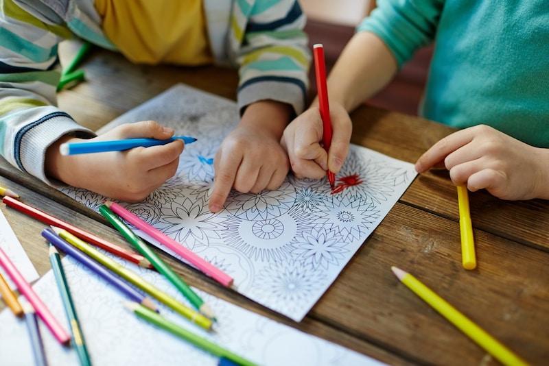 子ども向けの塗り絵おすすめ人気ランキング16選|男の子と女の子に人気のキャラクターも!