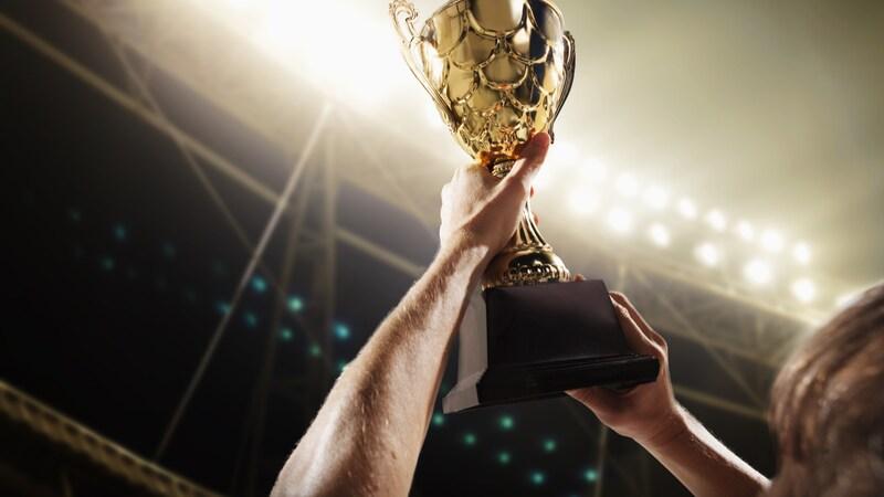 トロフィーのおすすめ人気ランキング7選|定番のカップやブロンズ、クリスタルなど
