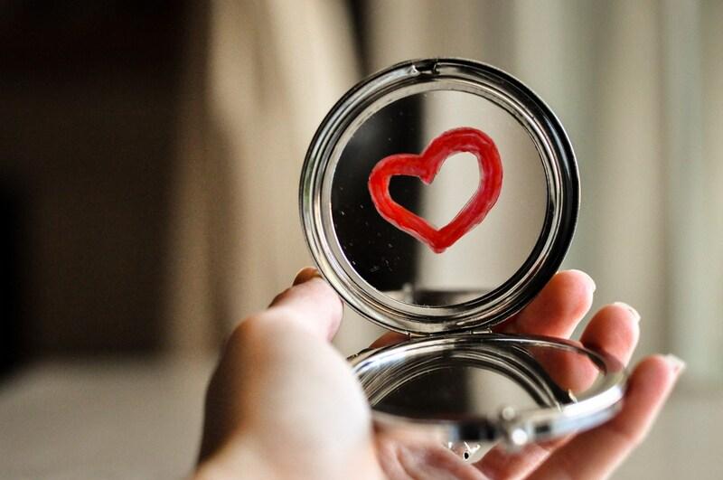 手鏡おすすめ人気ランキング13選|メイクに使えるかわいいタイプも!