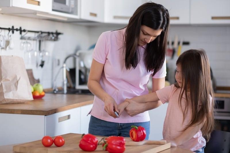 プロが選ぶ子供包丁のおすすめ11選|何歳から使える?初めての包丁は切れるものが良い?左利き用もご紹介