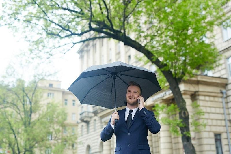 メンズ用日傘のおすすめ人気ランキング13選|折りたたみや晴雨兼用タイプも!