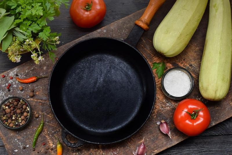 鉄フライパンのおすすめ人気ランキング15選|油ならしのやり方・焦げやサビのお手入れ方法も