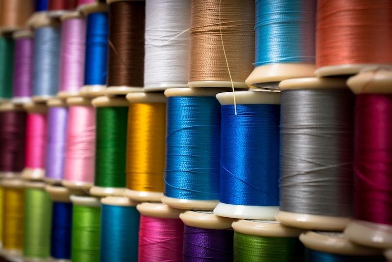 ミシン糸の種類とおすすめランキング13選|糸の太さや選び方を解説!薄地用・厚地用も紹介
