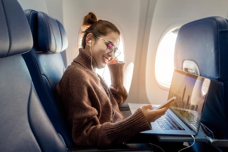 飛行機の機内快適便利グッズおすすめ18選|長時間フライトに!必要な持ち物をチェック