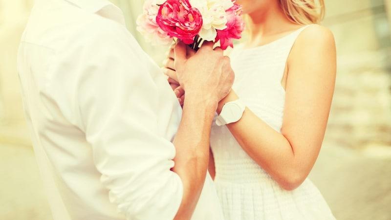 プロポーズのプレゼントランキング15選|指輪以外のおすすめは?花束やオルゴールなどを紹介