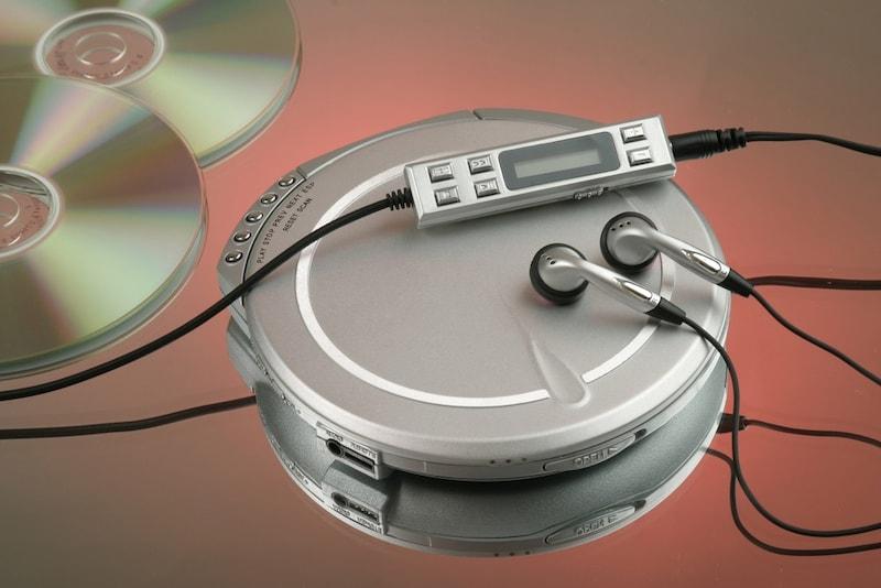 ポータブルCDプレーヤーおすすめランキング10選|SONYや東芝の人気モデルも!高音質やBluetooth対応まで