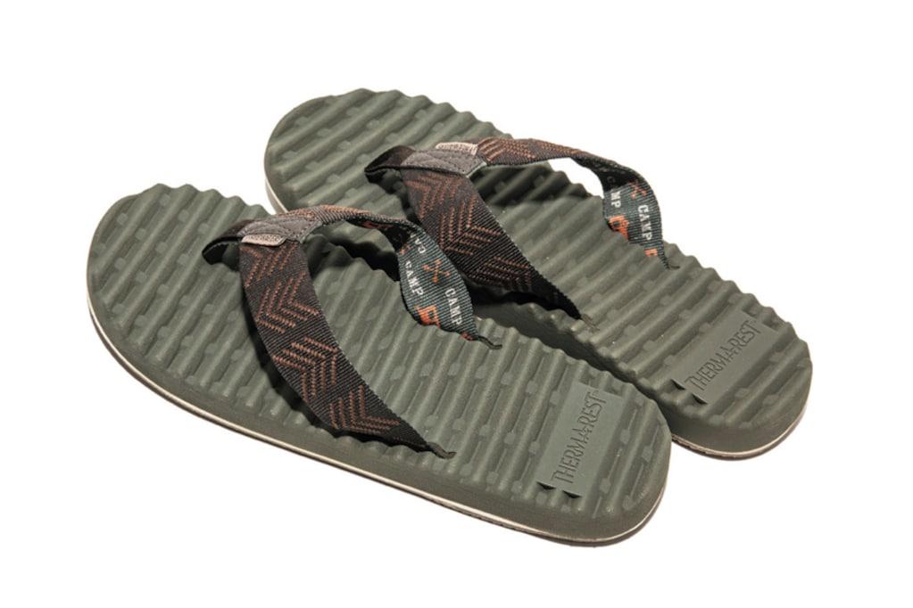 街でもキャンプでも。手軽に履けておしゃれなビーチ&スライドサンダル。