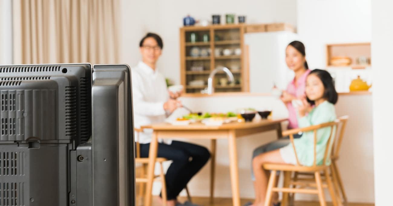 行儀だけじゃない!? 食事中のテレビやスマホ、栄養学的にみても悪いってホント?