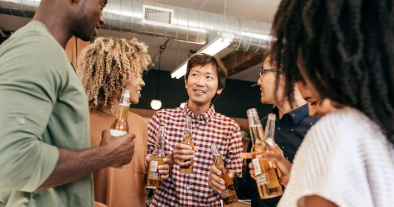 「酒に酔うと外国語がうまくなる」:欧州の研究者らが実験で確認