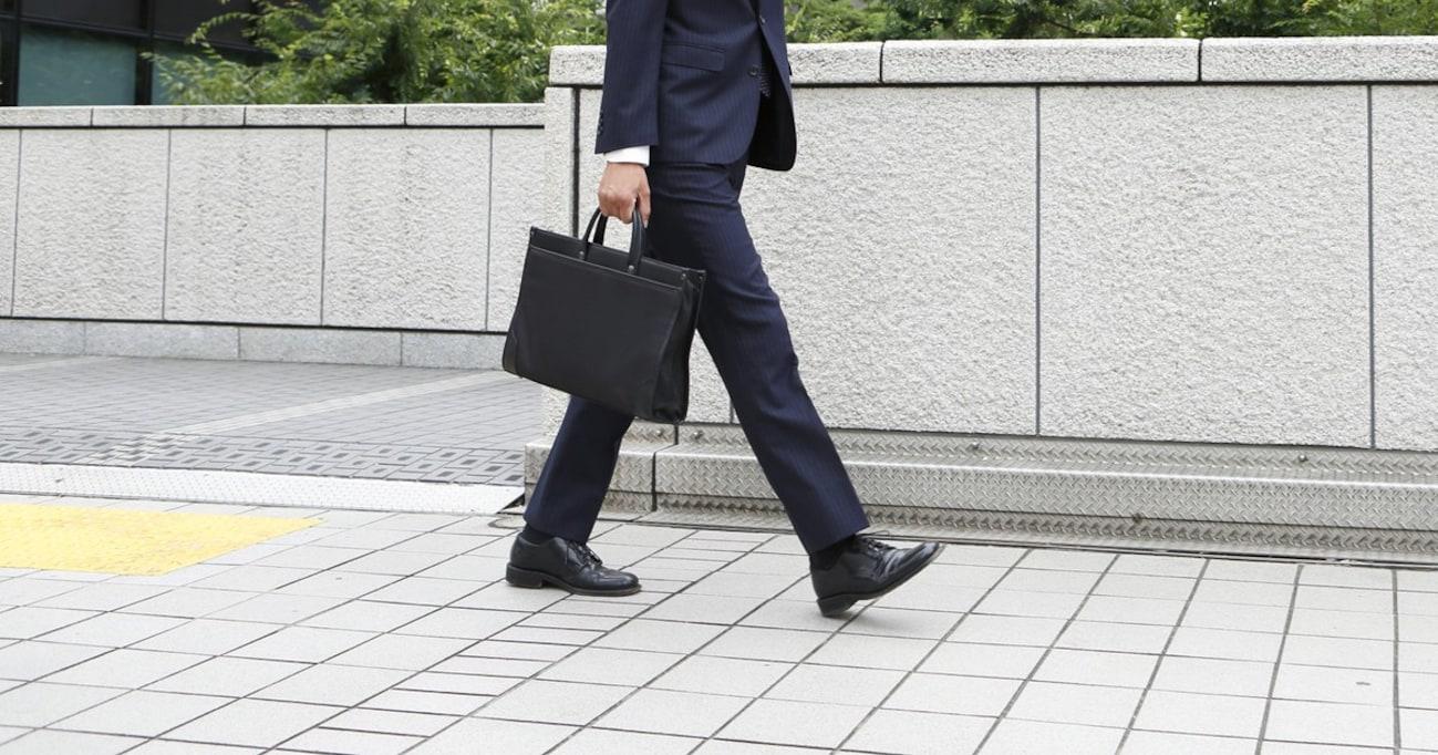 """政府の「スニーカー通勤奨励」で予想されるサラリーマンの""""凄惨""""なファッション"""