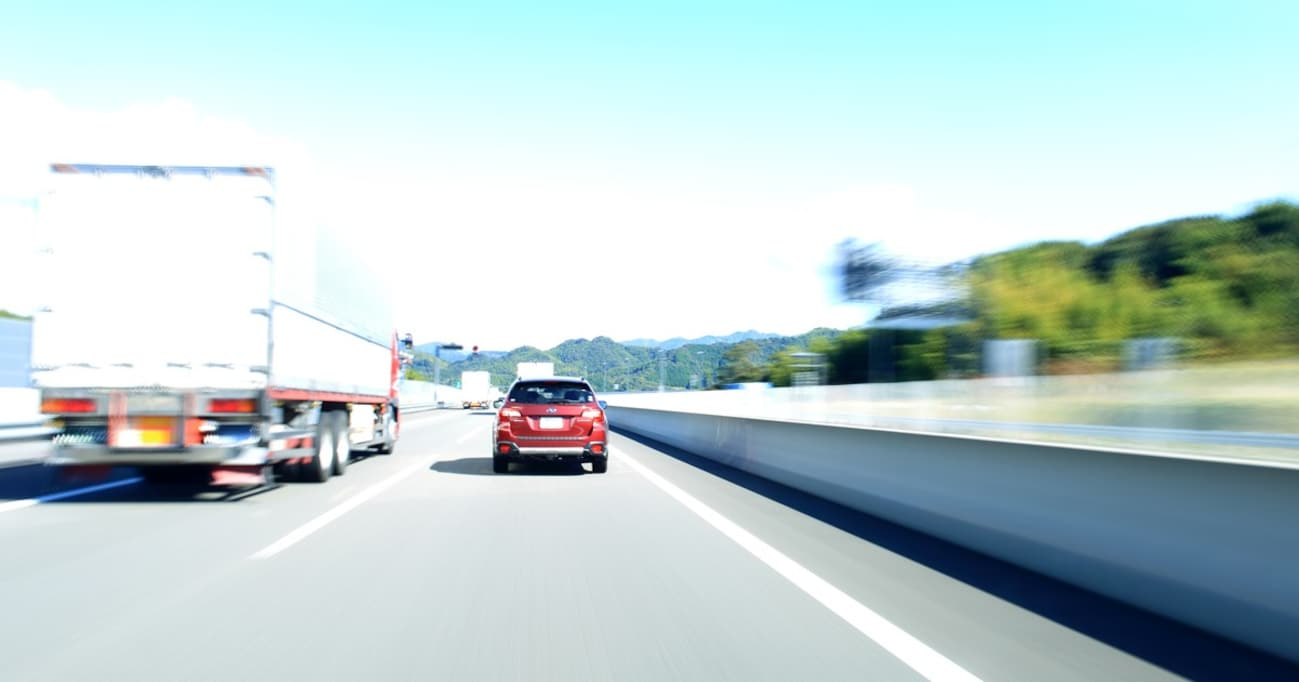 """日本のドライバーは""""運転力""""が低い!? 110km/h制限の高速で事故を減らすには…"""
