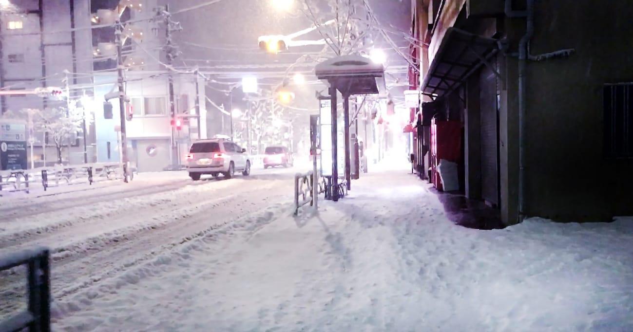 大雪のなか立ち往生した無責任なドライバー…損害賠償レベルでは?