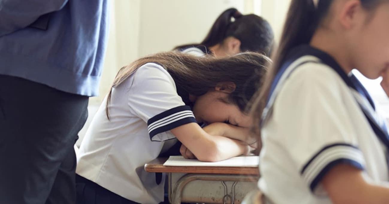 """家計のために働く高校生たち…7人に1人が「貧困状態」。""""見た目が普通""""の子供たちに何が起こっている?"""