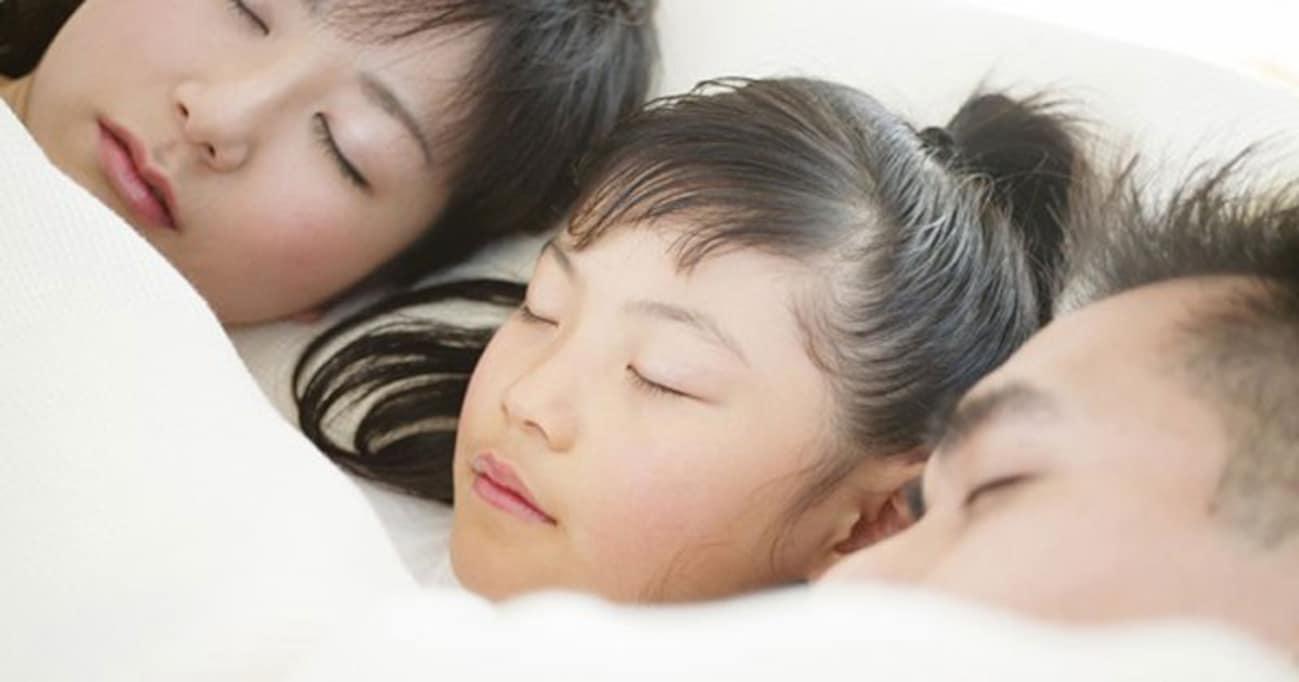 「川の字」の卒業時期が悩ましい… 「子供の自立心」と「一人寝」って関係ある?
