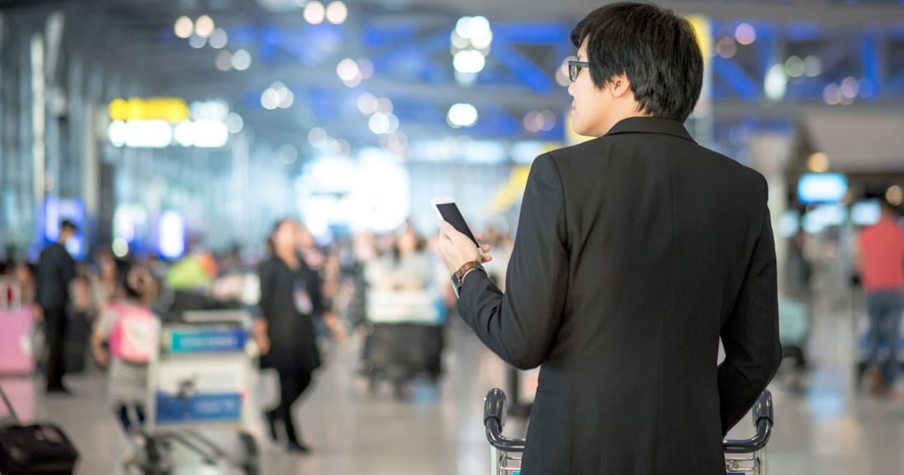「空港にいるオレ」をSNSで投稿するおじさんの心理