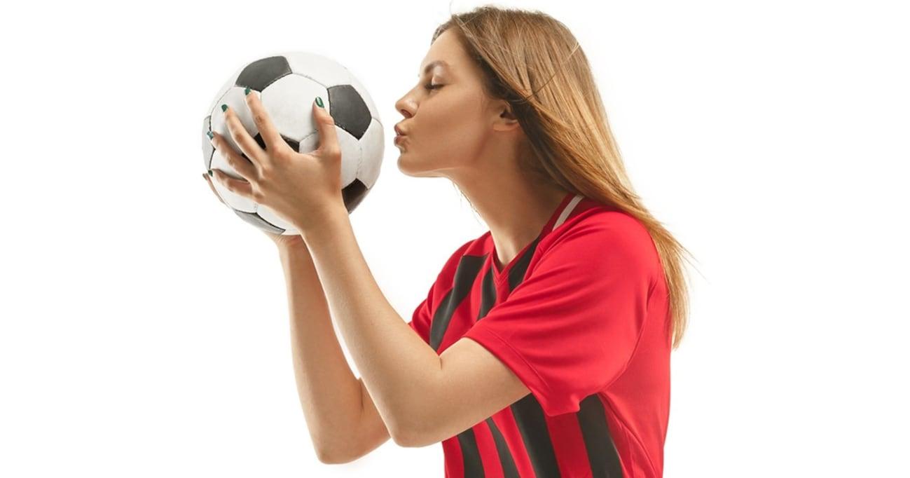 """""""取り上げる側""""ばかりが攻撃されるのは不公平!?  FIFAが警告する「美人過ぎるサポーター」問題"""