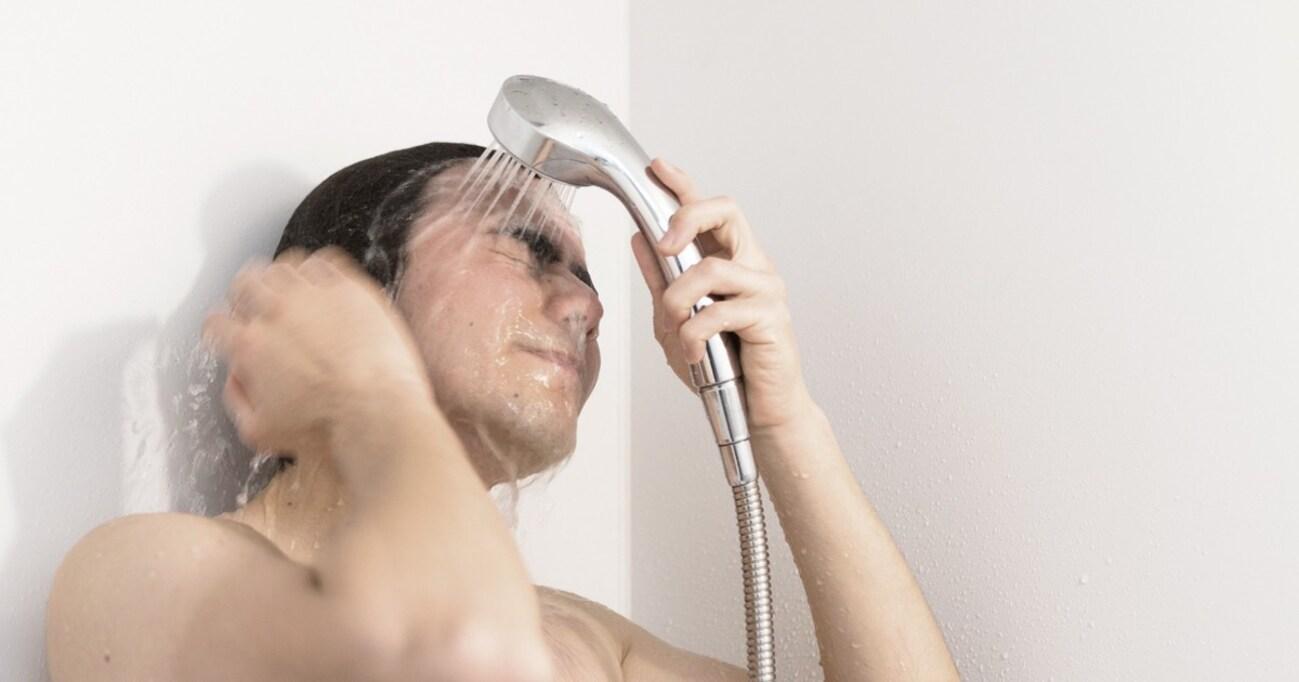 【SNSで話題】42℃のシャワーを瞼に当てると視力も疲労も回復!? 医師が体を張って検証してみた結果…
