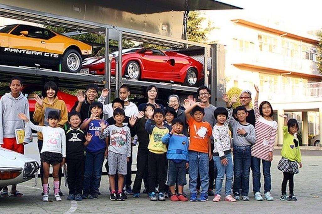 小さな児童養護施設に突如、スーパーカーが降臨!…子どもたちが集うホールの再建へむけクルマ好きが試みるアクション