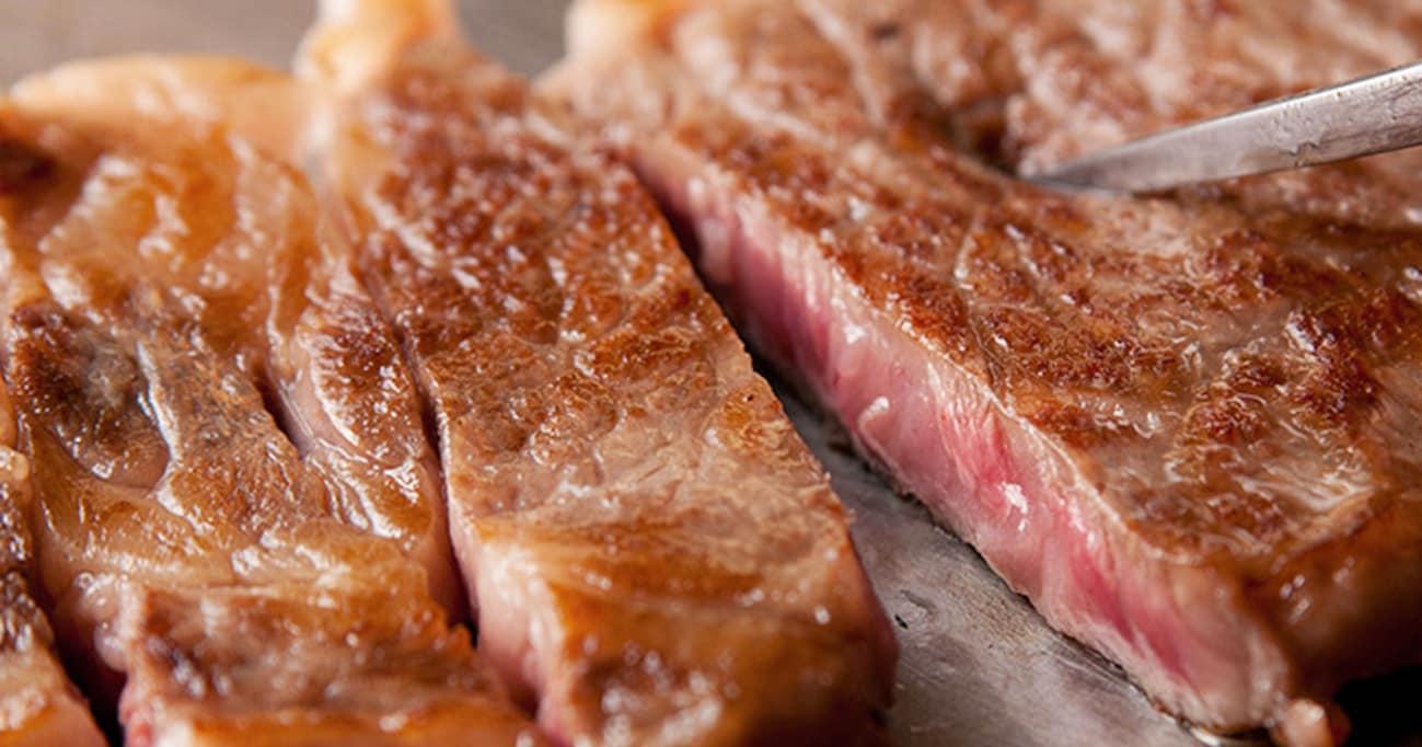 カリスマ試食販売員が教える! スーパーのステーキ肉を柔らかくジューシーに焼くコツとは?