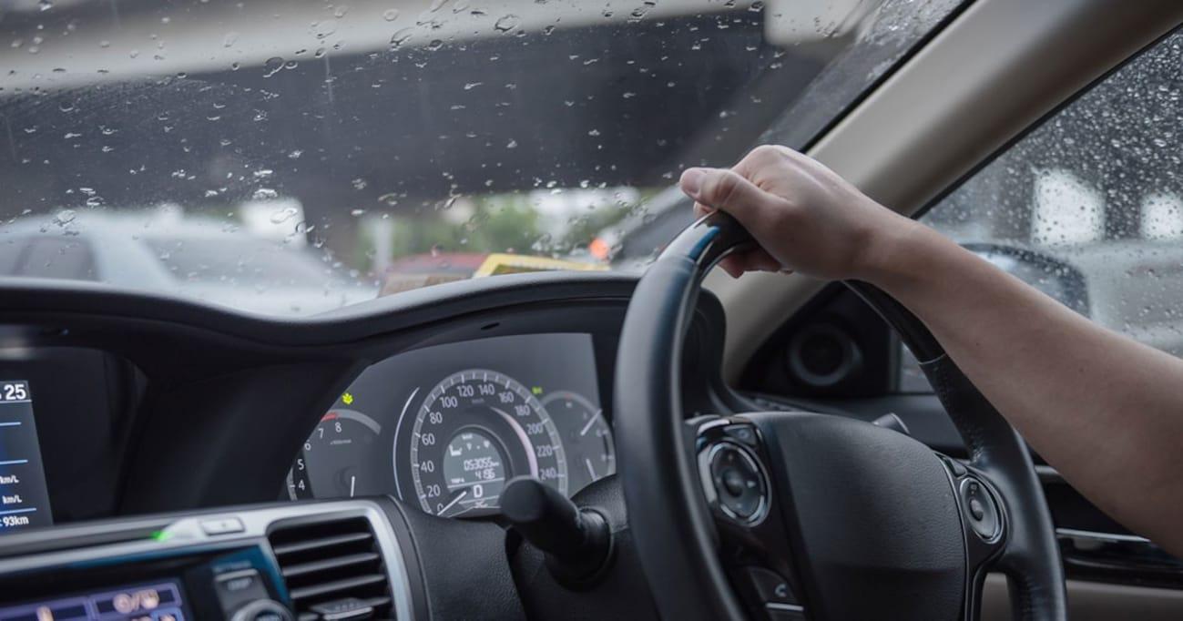 雨の日の運転が劇的にラクになる「梅雨時の車雑学」。決して使ってはいけないガラスクリーナーとは?