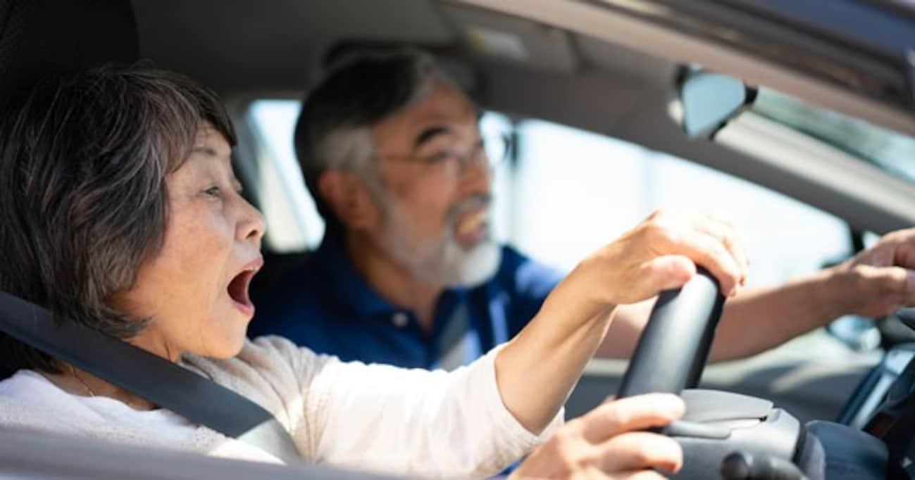 「これは名案!」「ペダルを踏むよりいい」── 赤いボタンは高齢ドライバー事故対策の切り札となるか?